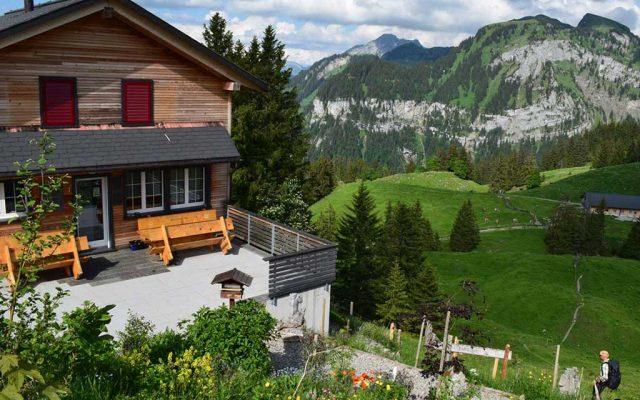 Adlerhorst Oberiberg Sommer aussen Terrasse