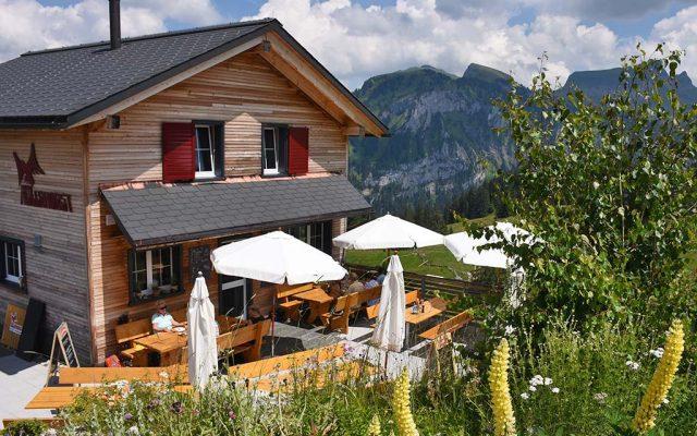 Berggasthaus Adlerhorst Oberiberg Sommer Terrasse aussen Garten