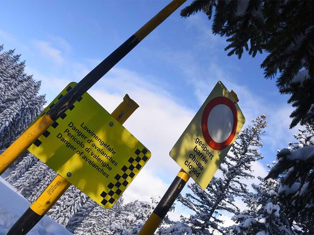 Adlerhorst Schilder Lawinen Warnung gesperrt