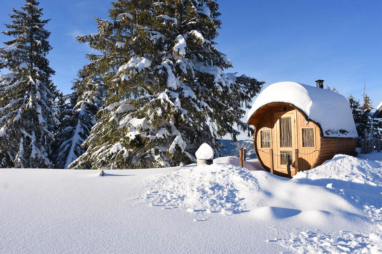 Adlerhorst Alpen-Fass-Sauna Winter Schnee Oberiberg Hoch-Ybrig