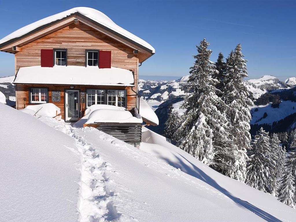 Bergbeizli Adlerhorst aussen Winter Schnee Oberiberg