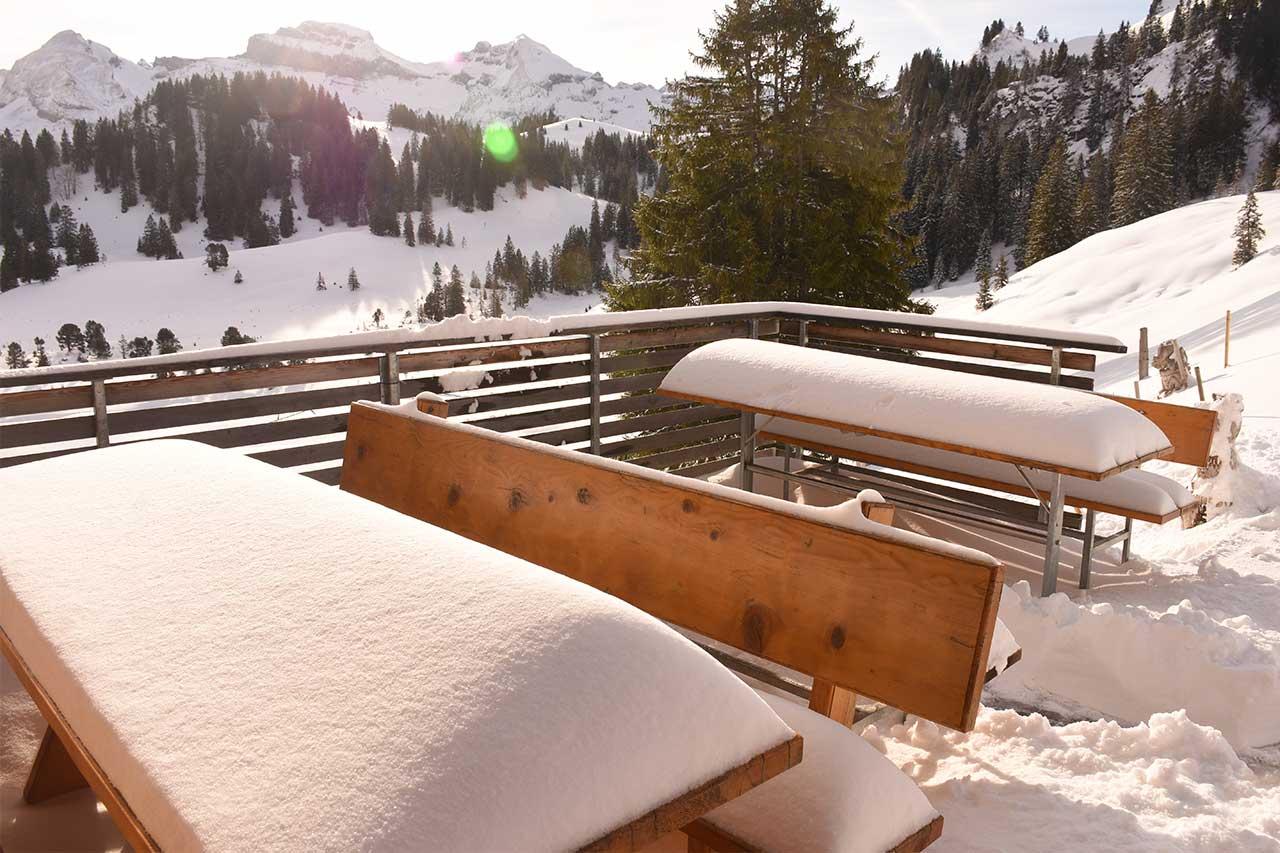 Bergbeizli Adlerhorst Winter Terrasse Tische Pulverschnee Neuschnee